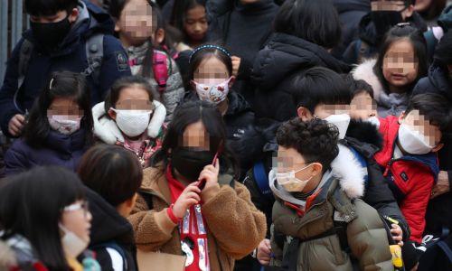 신종 코로나바이러스 감염증인 '우한 폐렴' 공포가 확산하는 가운데 28일 서울의 한 초등학교에서 마스크를 쓴 학생들이 하굣길을 나서고 있다. [이미지출처=연합뉴스]
