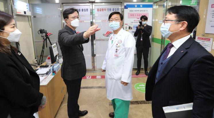 [포토]채현일 영등포구청장, 신종 코로나바이러스 선별진료소 방문