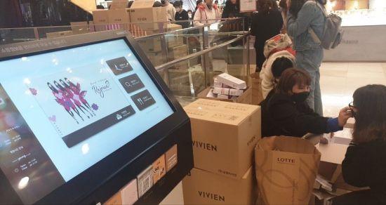 28일 롯데백화점 1층에서 비비안 마스크를 사기 위해 중국인 관광객들이 길게 줄을 서고 있다.