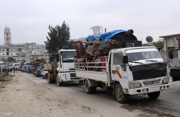 정부군의 공세를 피해 떠나는 시리아 난민들 [이미지출처=AP연합뉴스]