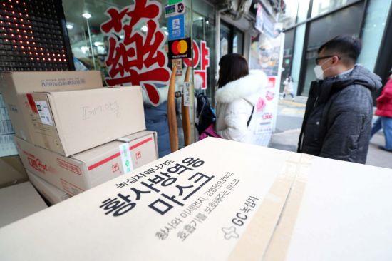 신종 코로나바이러스 감염증(우한 폐렴) 확산 우려가 커지고 있는 29일 서울 명동 거리의 한 약국에서 중국인 관광객들이 마스크를 구매하기 위해 줄을 서고 있다. /문호남 기자 munonam@