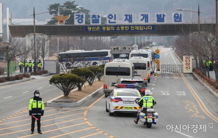 중국 우한에서 전세기로 귀국한 교민들이 31일 충남 아산 경찰인재개발원에 마련된 임시숙소로 이동하고 있다./아산=강진형 기자aymsdream@