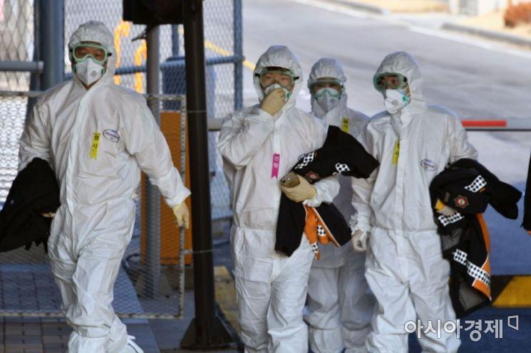 31일 오전 검역 관계자들이 서울 김포국제공항에서 신종 코로나바이러스 감염증(우한 폐렴)이 발생한 중국 후베이성 우한에서 항공편으로 돌아온 교민들의 검역 마친 후 공항을 나서고 있다./김현민 기자 kimhyun81@
