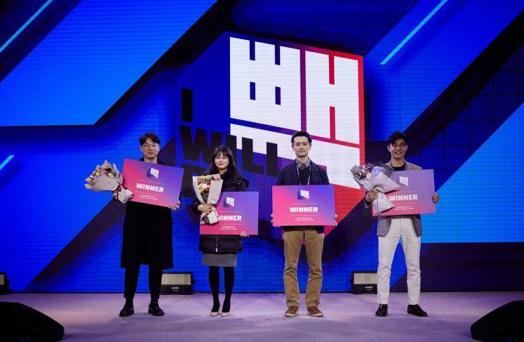 '아윌비빽 2020 피칭데이'에서 우승한 4팀이 기념촬영을 하고 있다. 왼쪽부터 더파이러츠 유성영 팀장, 키튼플래닛 김수현 마케터, 세차왕 박정률 대표, 홈핏 엄선진 대표.
