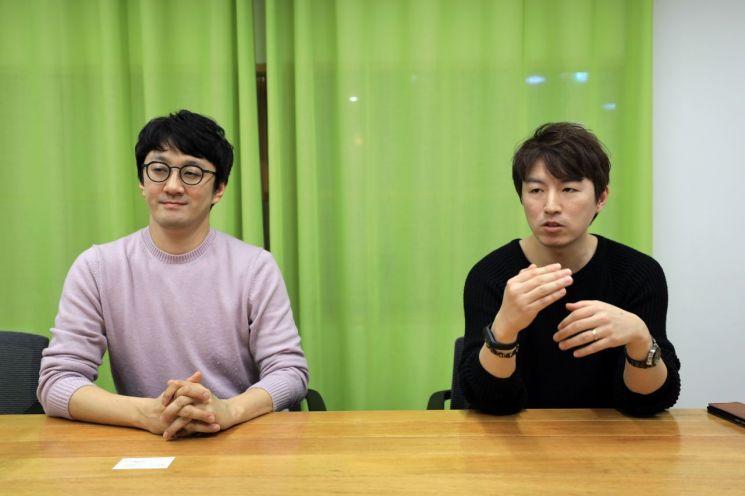 최지훈 네이버 책임리더(왼쪽)와 김진호 스마트어라운드 리더(오른쪽)가 아시아경제와 인터뷰를 하고 있다.