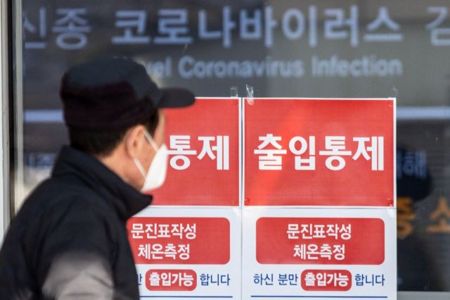 서울대병원 본관에 면회금지 및 출입통제 안내문이 붙어 있다./강진형 기자aymsdream@