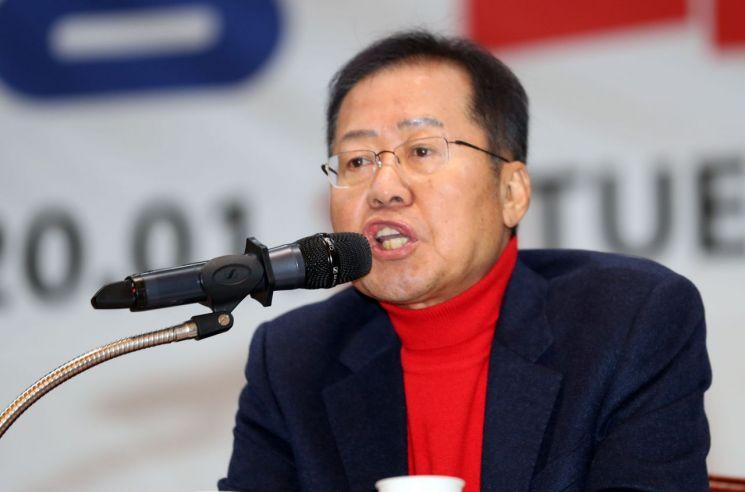 홍준표 무소속 의원이 지난 1월15일 오후 부산시청 대강당에서 열린 '대학생 리더십 아카데미'에서 강연하고 있다. 사진=연합뉴스