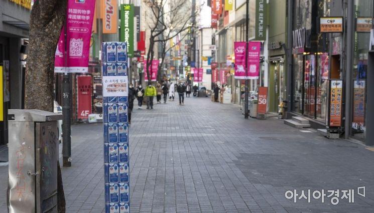신종 코로나바이러스 감염증의 영향으로 9일 서울 명동 쇼핑거리가 주말임에도 불구하고 한산한 모습을 보여주고 있다./윤동주 기자 doso7@