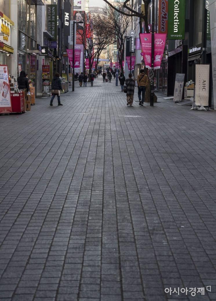 신종 코로나바이러스 감염증의 영향으로 서울 명동 쇼핑거리가 주말임에도 불구하고 한산한 모습을 보여주고 있다./윤동주 기자 doso7@