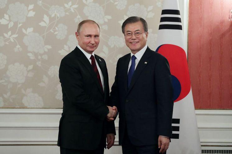 문재인 대통령과 블라디미르 푸틴 러시아 대통령이 지난해 6월 일본 오사카에서 가진 한·러 정상회담에서 악수를 나누고 있다. (사진=청와대)