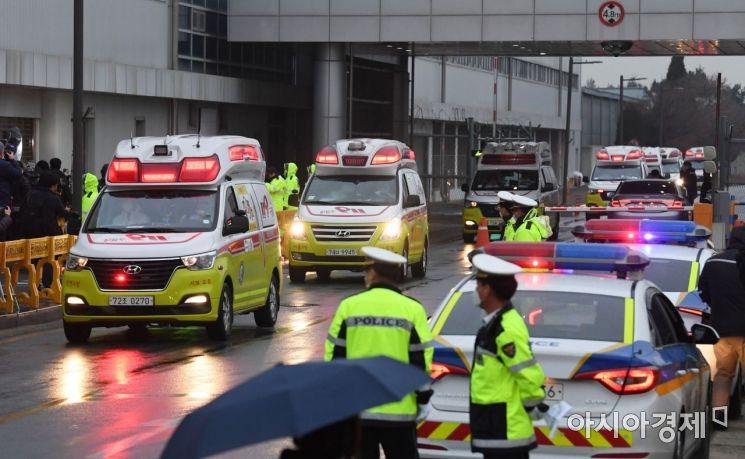 신종 코로나바이러스 감염증이 발생한 중국 후베이성 우한 교민이 12일 서울 강서구 김포국제공항에 도착한 가운데 응급차가 공항을 빠져나가고 있다./김현민 기자 kimhyun81@