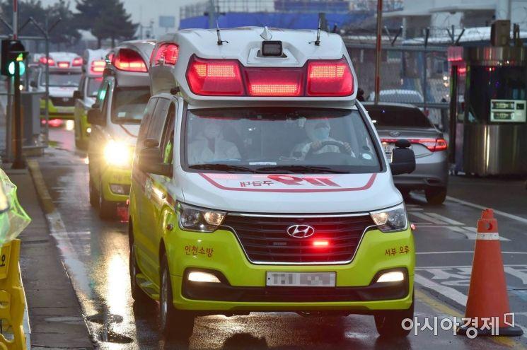 구급대원들이 3차 전세기를 타고 귀국한 교민 중 의심환자들을 지정병원으로 이송하고 있다./김현민 기자 kimhyun81@