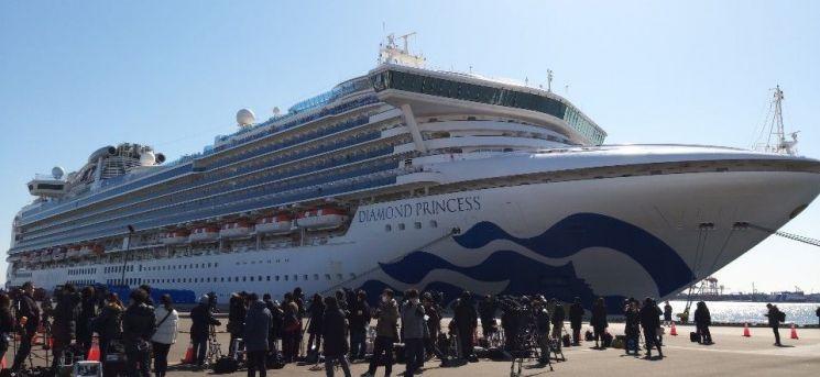 11일 낮 대형 여객선  '다이아몬드 프린세스'가 접안해 있는 요코하마 다이코쿠(大黑)부두에 일본 국내외 취재진이 몰려 있다. <사진=연합뉴스>