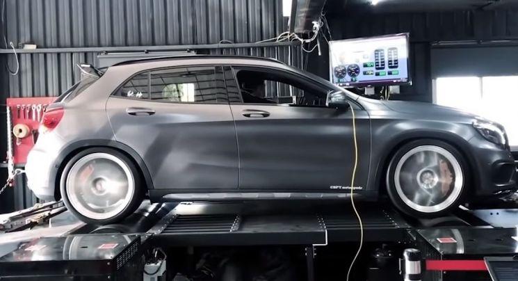 토크와 연비 등을 테스트하고 있는 자동차의 모습. [사진=유튜브 화면캡처]
