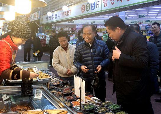 조봉환 소상공인시장진흥공단 이사장(오른쪽 두 번째)이 14일 대전 중리전통시장을 방문해 반찬을 구매하고 있다.