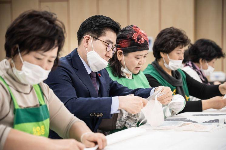 [포토]이정훈 강동구청장, 건강취약계층 위한 코로나19 예방 마스크 만들어