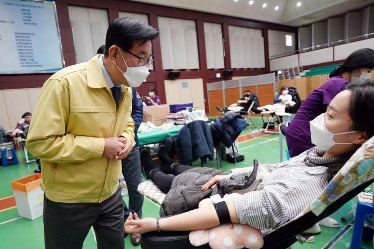 유덕열 동대문구청장이 14일 동대문구청 다목적강당서 진행된 '긴급 단체헌혈'에 참여한 직원을 격려하고 있다.