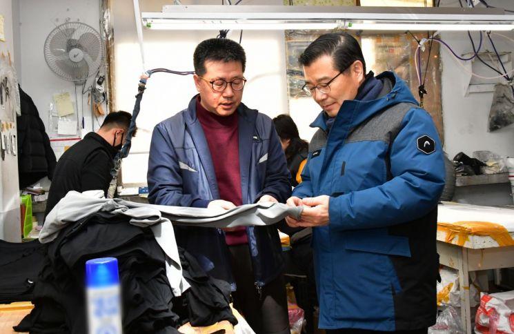 류경기 중랑구청장(오른쪽)이 봉제업체(성림어패럴)에서 현장의견을 청취하고 있다.