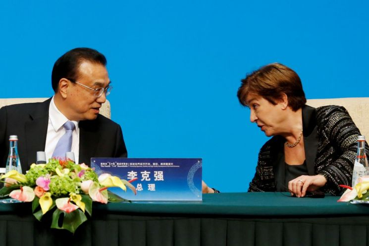Crystalliner Georgieva, President of the International Monetary Fund (IMF), speaks with Chinese Premier Li Keqiang. (Image source = Reuters News)