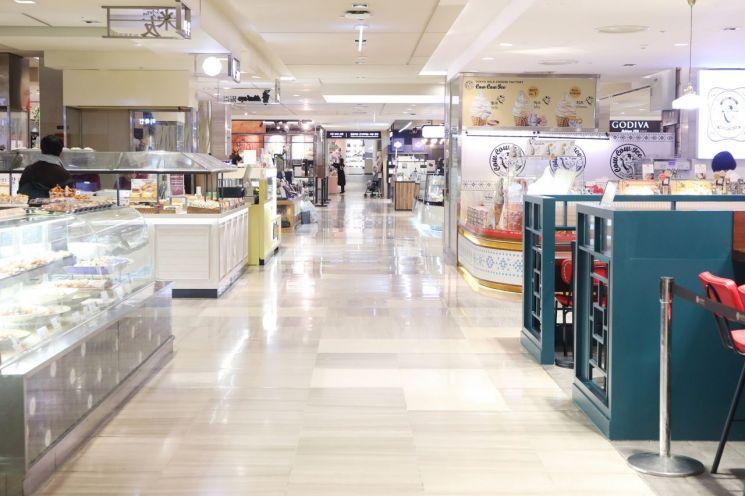 지난 11일 오후 서울 시내 한 백화점의 모습. 신종 코로나바이러스 감염증 여파로 한산한 상황이다.