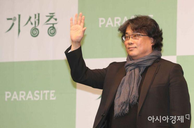 봉준호 감독이 19일 서울 중구 웨스틴조선호텔에서 열린 영화 기생충 공식 기자회견에서 포즈를 취하고 있다. /문호남 기자 munonam@