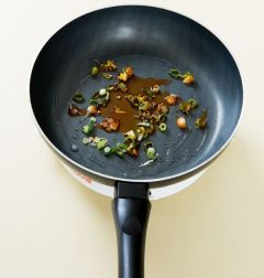 3. 대파는 송송 썰어 식용유를 두른 프라이팬에 1분 정도 볶다가 향이 나면 고추기름을 넣는다.
