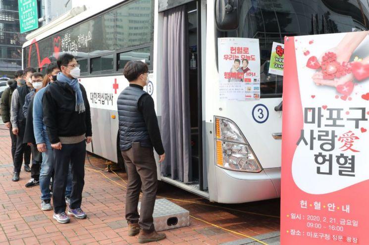 코로나19 확진자 근무 헌혈버스, 3개 경찰서 방문…32명 자가격리
