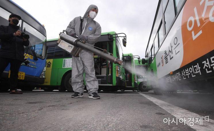 시내버스 차고지에서 방역 관계자가 버스 방역 작업을 하고 있다. 사진은 기사와 무관함 /김현민 기자 kimhyun81@