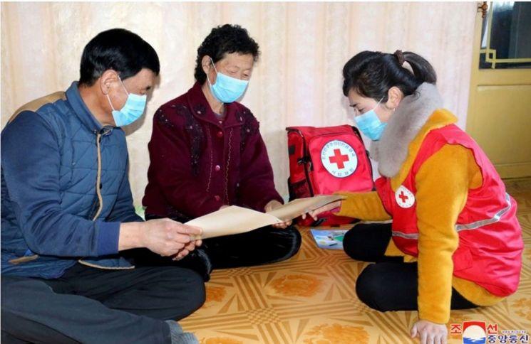 북한의 조선적십자회 자원봉사자들이 신종 코로나바이러스 감염증(코로나19) 대응을 위해 의료진과 협력 하에 지역 주민을 대상으로 위생선전 활동을 벌이고 있다고 대외선전매체 '조선의 오늘'이 4일 전했다. 매체가 홈페이지에 공개한 사진에서 붉은색 적십자회 조끼를 입은 자원봉사자가 가정집으로 보이는 실내에서 남녀를 상대로 무언가를 설명하는 모습.