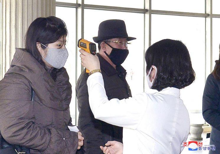 북한이 전국 각지에서 신형 코로나바이러스 감염증 방역을 더욱 강화하고 있다고 조선중앙통신이 4일 보도했다.