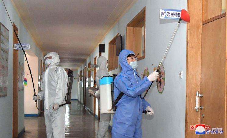 북한이 전국 각지에서 신형 코로나바이러스 감염증 방역을 더욱 강화하고 있다고 조선중앙통신이 4일 보도했다.<사진=연합뉴스>