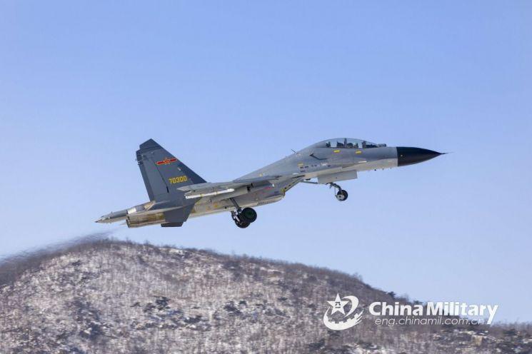 중국공군은 340여대의 젠-11 전투기를 운용하고 있으며 보유한 4세대 고성능 전투기 가운데 가장 많은 숫자를 차지하고 있다. 사진=중국 국방부