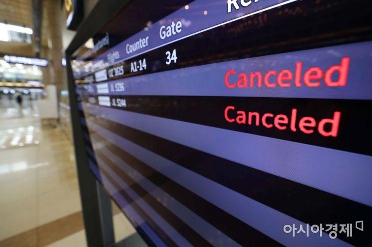10일 서울 강서구 김포국제공항 국제선 청사에 일본 하네다행 결항 안내가 나오고 있다. /문호남 기자 munonam@