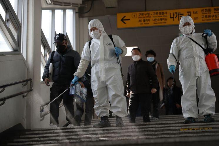 13일 서울 구로역에서 관계자들이 신종 코로나 바이러스 감염증(코로나19) 관련 방역 작업을 하고 있다. <사진=연합뉴스>