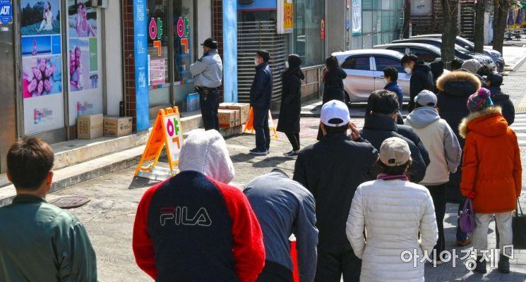 공적마스크 5부제가 시행되고 있는 지난 3월 중순 서울 마포구 한 약국 앞에서 시민들이 마스크를 구매하기 위해 줄을 서고 있다./강진형 기자aymsdream@