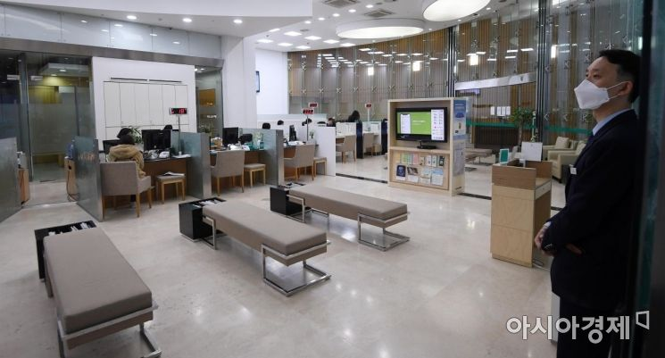 한국은행이 기준금리를 사상 최저치인 연 0.75%로 전격 인하한 다음날인 17일 서울의 한 은행 창구가 한산한 모습을 보이고 있다./김현민 기자 kimhyun81@