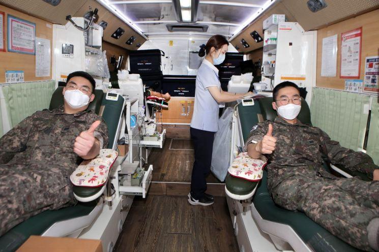 2작전사령부에서 펼쳐진 '사랑의 헌혈운동'에서 장병들이 헌혈을 하고 있다. (사진제공=육군)