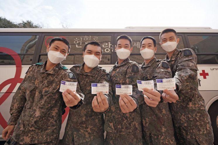 헌혈을 마친22사단 장병들이 헌혈증을 들어보이며 기념사진을 촬영하고 있다. (사진제공=육군)