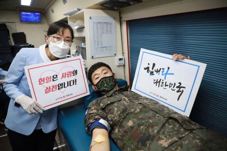 5사단에서 펼쳐진 '사랑의 헌혈운동'에서 한 장병이 헌혈을 하고 있다. (사진제공=육군)