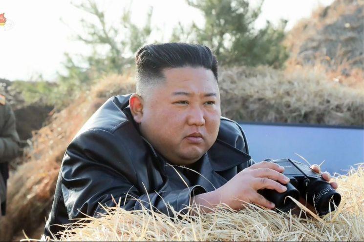 김정은 북한 국무위원장이 20일 서부전선대연합부대의 포사격대항경기를 지도하고 정세에 맞게 포병부대의 훈련 강화를 지시했다고 조선중앙통신이 지난 21일 보도했다. 21일 중앙TV가 공개한 김 위원장의 모습