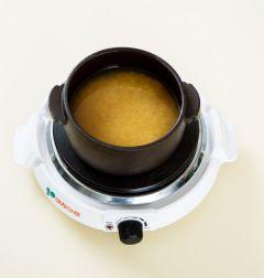 4. 쌀에 분량의 양념 재료를 넣고 바지락 국물 1컵을 넣어 밥을 짓는다.