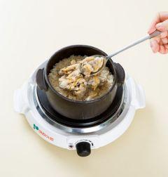 5. 밥이 다 되면 섞어서 그릇에 담고 바지락살, 대파, 김가루를 올린다.
