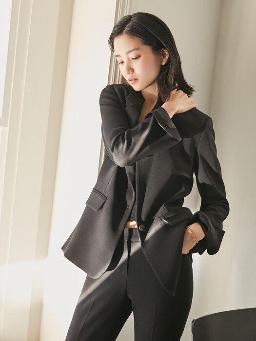 블랙 수트 패션을 선보인 김태리. 사진=프론트로우