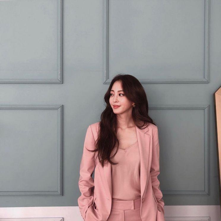 한예슬의 사랑스러운 핑크 수트. 사진=한예슬 인스타그램