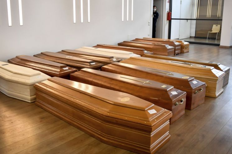 이탈리아 북부 피아젠차 지역의 한 화장터에서 화장을 기다리고 있는 코로나19 사망자 관들의 모습 [이미지출처=연합뉴스]