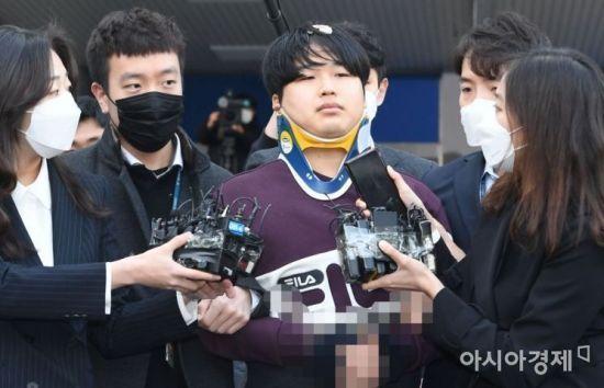 인터넷 메신저 텔레그램에서 미성년자 등 수십 명의 여성을 협박, 촬영을 강요해 만든 음란물을 유포한 '박사방' 운영자 조주빈씨가 25일 오전 서울 종로경찰서에서 검찰로 송치되기 위해 나오고 있다. /문호남 기자 munonam@