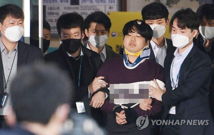 미성년자를 포함한 여성을 협박해 성 착취 불법 촬영물을 제작하고 유포한 텔레그램 '박사방' 운영자 조주빈(24)이 25일 오전 서울 종로경찰서에서 검찰로 송치되고 있다. / 사진=연합뉴스