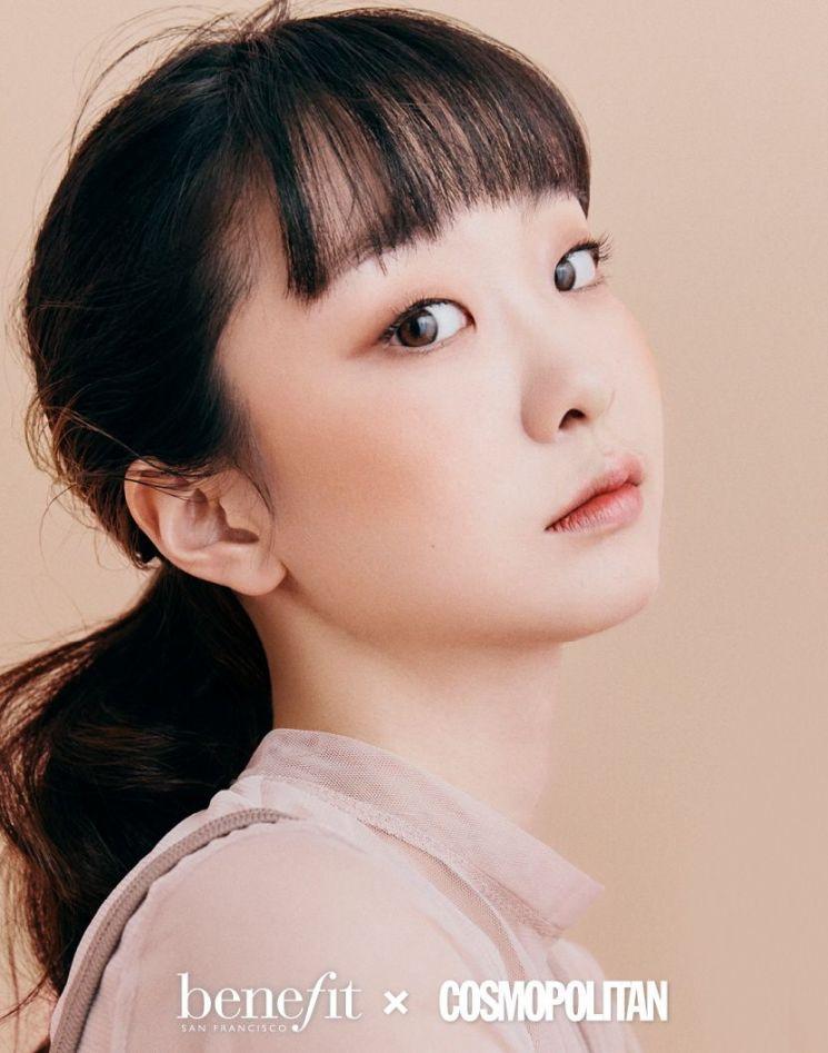두 볼 물들인 김다미, 베네피트 뮤즈의 러블리+시크