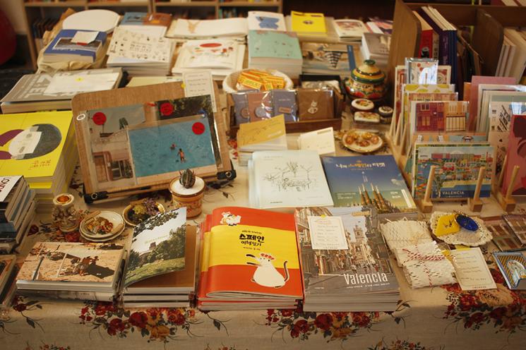 스페인 책방에서 판매되고 있는 책과 굿즈. 사진=스페인책방