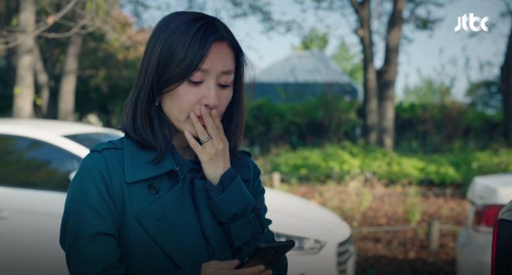 우아함 뚝뚝 떨어지는 김희애 가방·트렌치코트 어디 꺼?